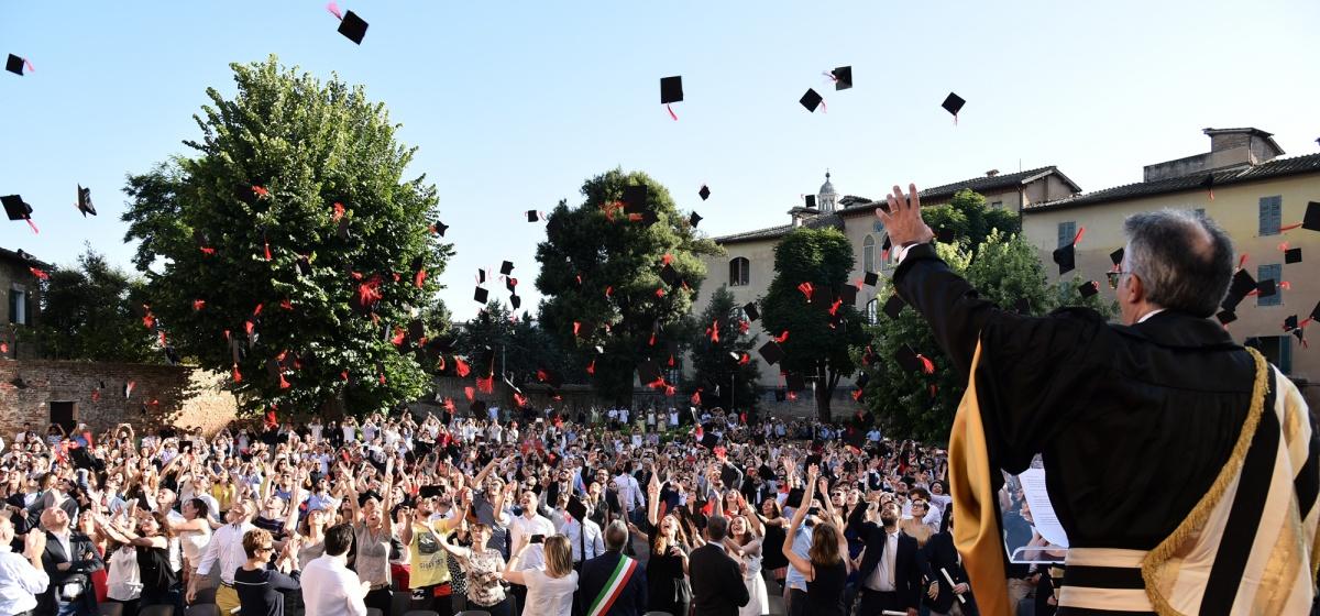 Graduation Day 2016: il lancio del tocco
