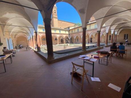Il chiostro della sede di San Francesco aperto - i posti all'aperto